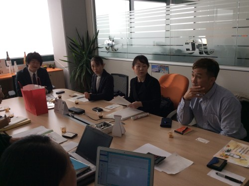 「JFC ITALIA」の長沼マネージャーと商談する日本からの同行事業者